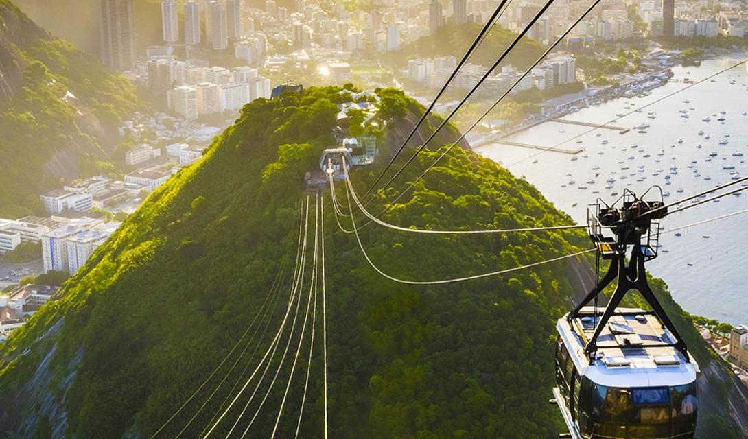 Бразилия Рио-де-Жанейро должен стоять в списке каждого путешественника, чуть ли не на первом месте. Бразилия поражает контрастом: город-космополит входит прямо в амазонские тропические леса, где разнообразие флоры и фауны больше, чем в любом другом месте планеты.