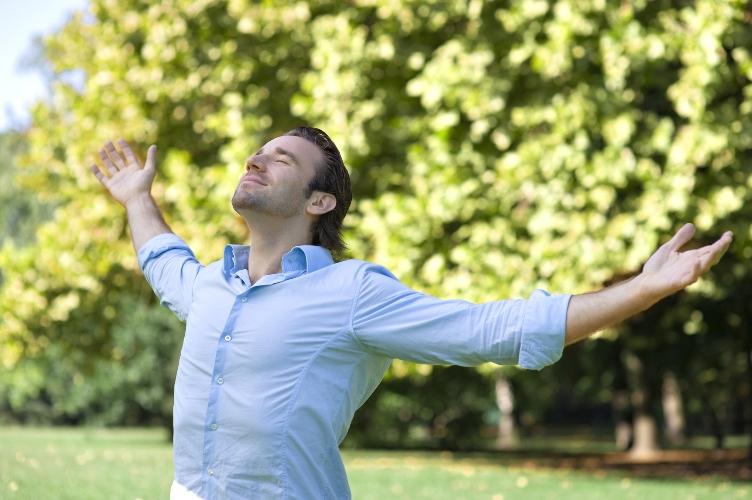 Во время прогулок Чаще гуляя в лесу, вы с легкостью укрепите свою иммунную систему, а также заметно понизите уровень стресса. Дело в определенных органических соединениях, выпускаемых деревьями вместе с кислородом. Просто дышите не спеша, примерно 5 вдохов в минуту.
