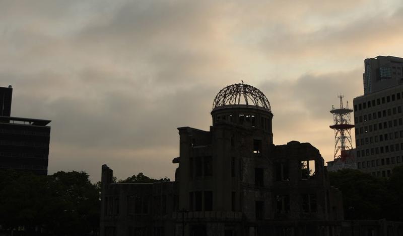 Хиросима Мемориальный парк Хиросимы посвящен памяти десяткам тысяч погибших людей. Здесь построен специальный центр посещений, А-Bomb Dome, расположенный непосредственно в эпицентре взорвавшейся бомбы. Люди со всего мира съезжаются сюда, чтобы отдать дань уважения погибшим и отправить несколько бумажных журавликов плавать по специально построенному водохранилищу.