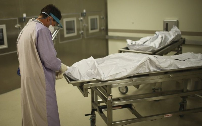 Патологоанатомы и работники морга Работа патологоанатома связана с применением формалина — канцерогенного вещества. А любой канцероген, как известно, при частом с ним взаимодействием несет в себе опасность заболевания опухолью мозга и лейкемией. Вот поэтому работники моргов, похоронных бюро и патологоанатомы ежедневно подвергаются несоизмеримо со своей профессий большому риску.