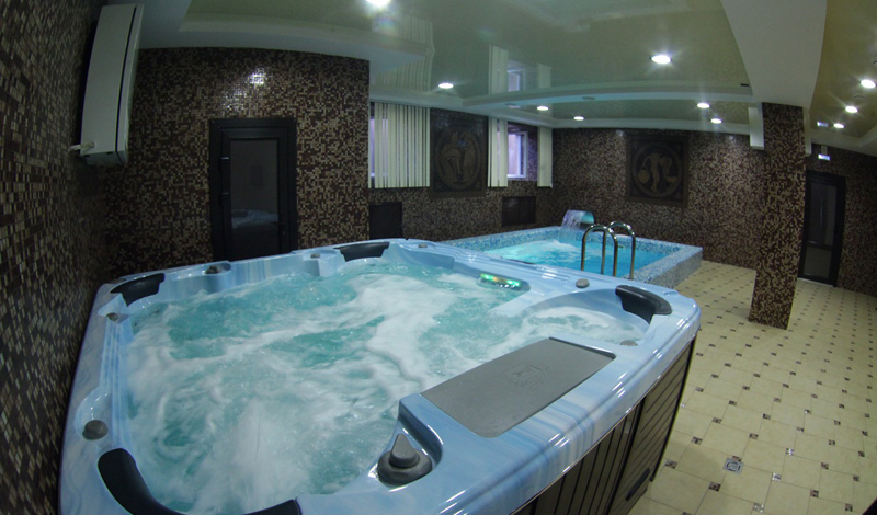 Сауна и баня Основное отличие сауны и бани — уровень влажности. Русская баня может похвастать 79% влажностью, а вот в сауне пар сухой, уровень влажности держится здесь на 3-7%. Жар в сауне выдержать легче, поэтому стандартная температура нормальной сауны колеблется от 100 до 110 градусов, а в бане всего от 50 до 70.