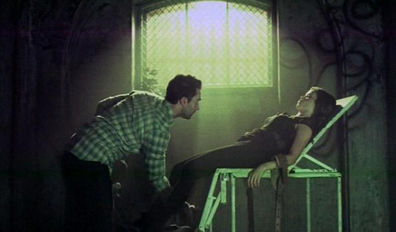 Страх улучшает сексуальную жизнь По мнению ученых Вестминстерского университета, страх вызывает усиление сексуального влечения. Все потому, что тело реагирует на внешние раздражители ускорением сердечных сокращений — а значит, кровь, насыщенная кислородом, попадает во все органы гораздо быстрее. Так что, можете официально считать очередной эпизод American Horror Story лучшей на свете прелюдией.