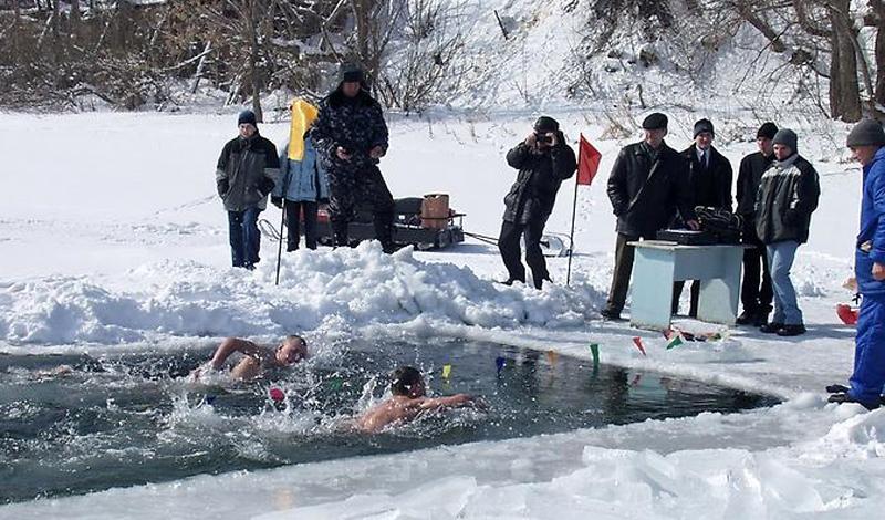 Холодная вода и простуда Холод, сам по себе, не может вызывать простуду. Если прыгнуть в ледяную воду, а затем выбраться на берег и хорошенько разогреться, вы наверняка не заболеете. Собственно, опасность подхватить простуду гораздо выше в теплом кругу друзей, собравшихся в закрытом помещении.