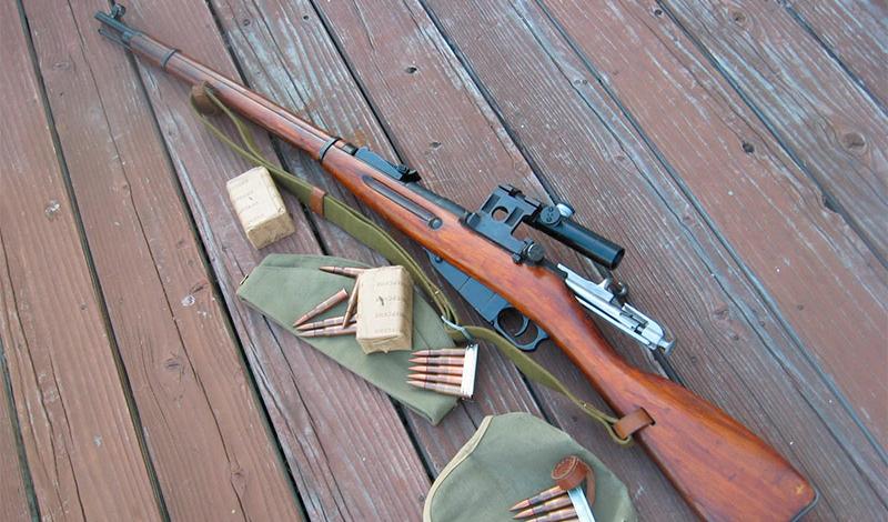 Оружие снайпера На фронте Павличенко выступала с обычной винтовкой Мосина M1891, калибра .30. Винтовка обладала сильнейшей отдачей, была пятизарядной и требовала передергивания затвора после каждого выстрела. Это не помешало Людмиле стать самым результативным снайпером в мире — ей, как хорошему танцору, ничего не мешало.