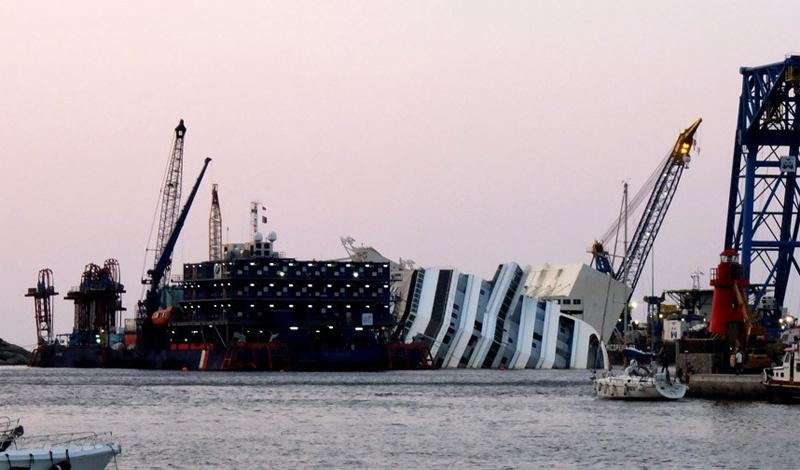 Costa Concordia Трагическое крушение Costa Concordia у берегов Тосканы в очередной раз продемонстрировало, как мелок человек по сравнению с водной стихией. Самая известная катастрофа лайнера со времен «Титаника» завладела умами тысяч людей. Туристы стекаются в Тоскану только для того, чтобы получить эксклюзивные снимки. Местные жители, в погоне за наживой, предлагали приезжим прокатиться на лодке до остатков корабля — за особую цену.