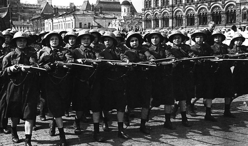 ОСОВИАХИМ Как и многие молодые люди в Советском Союзе того времени, Павличенко была членом ОСОВИАХИМ, военизированной спортивной организации, которая учила молодых людей обращению с оружием. Выполнять поставленные инструкторами нормы было непросто даже парням, но Людмила справлялась с заданиями очень легко. Особенно девушке удавалась стрелковая подготовка: посмотреть на красотку-снайпершу собирались со всего района.