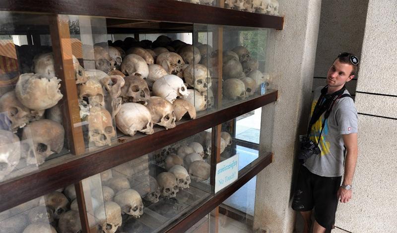 Камбоджа В эту страну прилетают не только за отдыхом. Здесь расположены сразу несколько музеев геноцида, которые интересуют многих черных туристов. Чоенг Эк, находящийся всего в десятке километров от столицы, Пномпеня, предлагает всем желающим насладиться ужасным зрелищем массовых захоронений, сделанных во времена правления Пол Пота.
