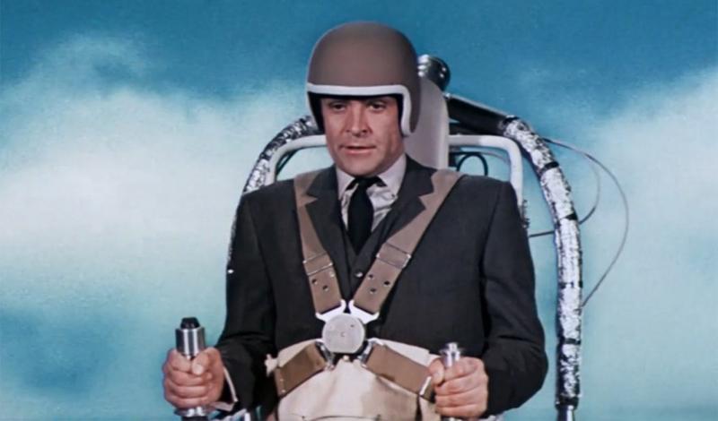 Реактивный ранец Фильм: «Шаровая молния» Одно из самых эпичных появлений Шона Коннери в роли агента 007 состоялось благодаря реактивному ранцу. Сейчас, когда подобные гаджеты собирают энтузиасты, восторг публики того времени понять уже сложно. Особенно милым выглядит шлем: дети, помните, если вы собираетесь полетать на реактивном ранце — обязательно одевайте шлем!