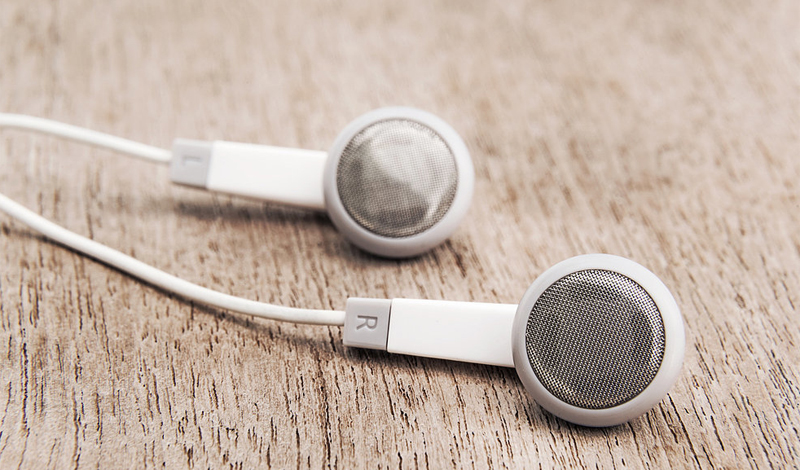 Слуховые аппараты Слуховые приборы вполне могут вызвать повышенное продуцирование серы. К таким приборам относятся и наушники-капельки, так что, не удивляйтесь, если сера скапливается в большом количестве, забивая выход. Поэтому постарайтесь почаще слушать музыку в колонках.