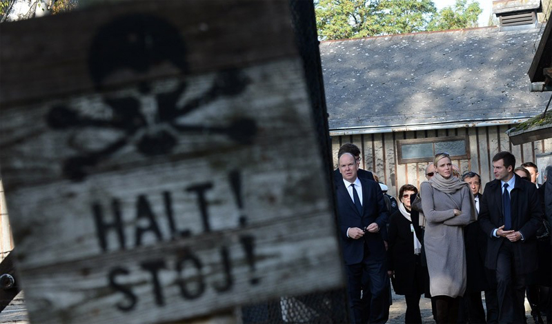 Освенцим Концлагерь в Освенциме превратился в ужасный музей Холокоста. Тысячи посетителей стекаются сюда со всего мира, чтобы увидеть свидетельства разыгравшейся здесь трагедии. Комнаты наполнены личными вещами погибших людей, но особенный интерес туристов вызывает дом коменданта лагеря, жившего всего в нескольких десятках метров от газовых камер.
