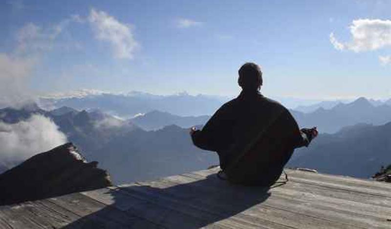 Медитация Стоит обратить внимание и на восточные практики. Исследователи уже давно доказали несомненную пользу медитации для психического здоровья человека. Потратьте всего десять минут на то, чтобы упорядочить свои мысли: глубокое дыхание приведет весь организм в тонус и снизит уровень кровяного давления.