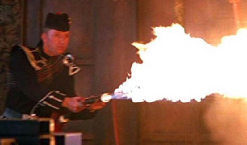Волынка-огнемет Фильм: «И целого мира мало» Роджер Мур уступил шкуру спецагента Пирсу Броснану — но не стал предупреждать о всех странностях профессии. Новому шпиону пришлось самому разбираться в таких великолепных в своем безумии штучках, как, например, волынка-огнемет.
