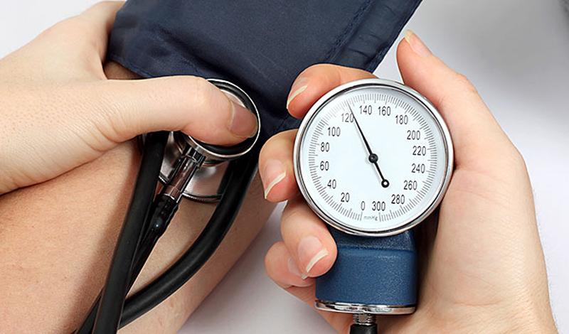 Хорошие новости Есть, по счастью, несколько способов снизить риск. Все начинается на кухне: ученые университета Миннессоты выяснили, что люди, которые не пренебрегают завтраком, менее склонны к развитию повышенного кровяного давления. Легкого, сбалансированного перекуса хватит для того, чтобы уравновесить уровень давления и прожить немного дольше.