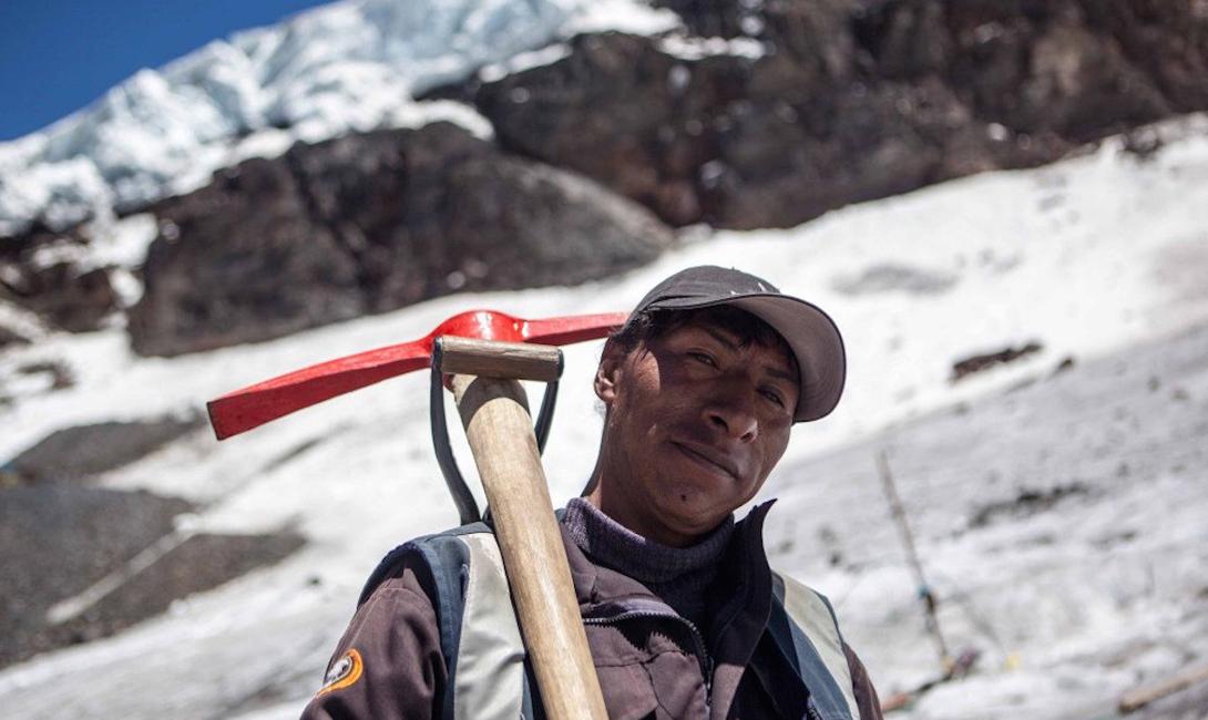 Большую часть населения составляют оптимистически настроенные перуанцы, каждый из которых мечтает разбогатеть на золотых приисках. Традиционной зарплаты тут нет: все рабочие могут претендовать на часть добытого в шахте золота.