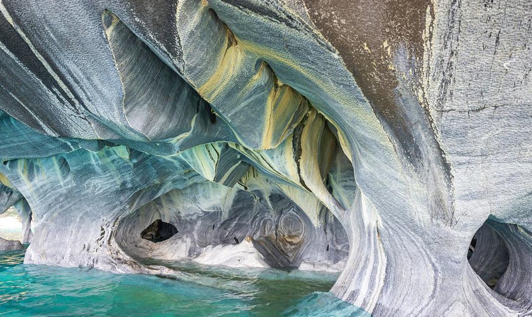 Мраморные пещеры Чили В пещерах не всегда должно быть темно и грязно. Мраморные пещеры, расположенные в Андах, выглядят живыми и прекрасными, будто подземный дворец какого-то древнего божества.