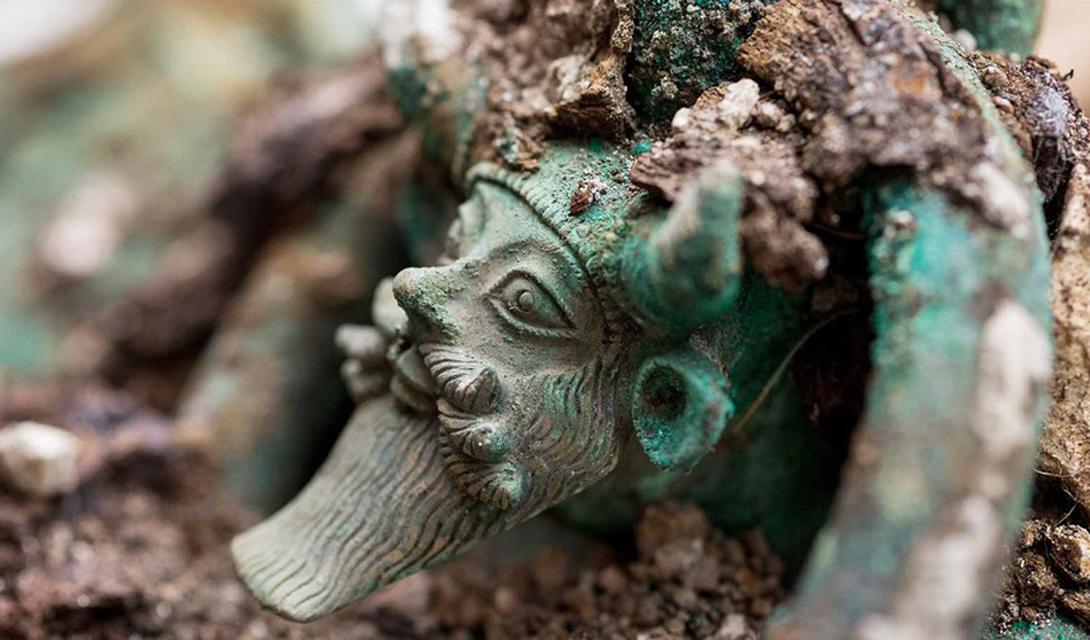 Кельтский принц Археологи, работавшие на северо-западе Франции, раскопали гробницу кельтского принца, похороненного еще в Железный век. Вождь, восседающий на боевой колеснице, был замурован в центре огромного кургана. Другие найденные здесь предметы предположительно изготовлены этрусскими и греческими мастерами. Это открытие заставило исследователей по-новому взглянуть на расстояния, которые могли преодолевать наши предки.