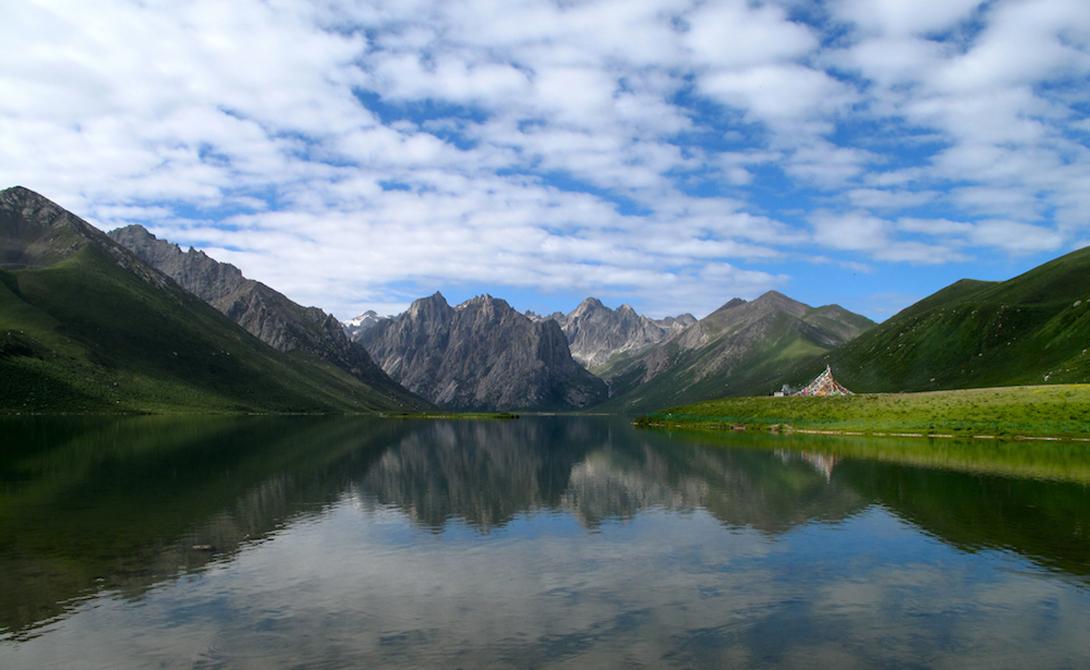 Тибетское нагорье Китай Это тибетское плато часто называют «Крышей мира». Геологи все еще ломают копья над причинами образования нагорья. Есть две основные теории. Первая гласит, что «Крыша мира» образовалась в результате столкновения Индийского континента с Евразией. Вторая же утверждает, что нагорье сформировалось из-за сдвигов местных пород.