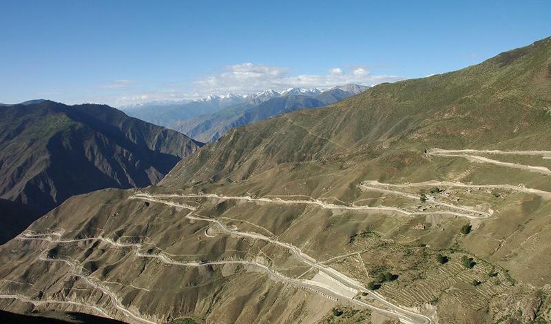 Шоссе Сычуань-Тибет Китай 7 500 смертей на каждые 100 000 водителей: после такой мрачной статистики поневоле станешь опасаться этой, чуть ли не самой опасной дороги в мире. Внезапные оползни, снежные лавины и переменчивая погода — соваться сюда из любопытства просто не стоит.