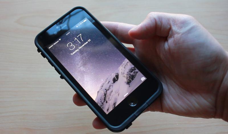 LifeProof fre Case Стоимость: 4 500 р.Модель: iPhone 6 Большинство производителей протекторных аксессуаров для телефонов дизайном пренебрегают. Их можно понять: на первый план выходит уровень защиты, а не внешний облик гаджета. Создатели LifeProof fre Case не стали искать легких путей и позаботились сделать свой чехол не только безопасным, но и красивым. Лицевая панель смартфона надежно прикрыта защитным стеклом, которое ничуть не искажает изображения и не мешает нормальной работе сенсора. Надев такую броню, iPhone выдерживает целый час подводных работ и может падать с высоты двух метров на бетонную поверхность — без малейших последствий.
