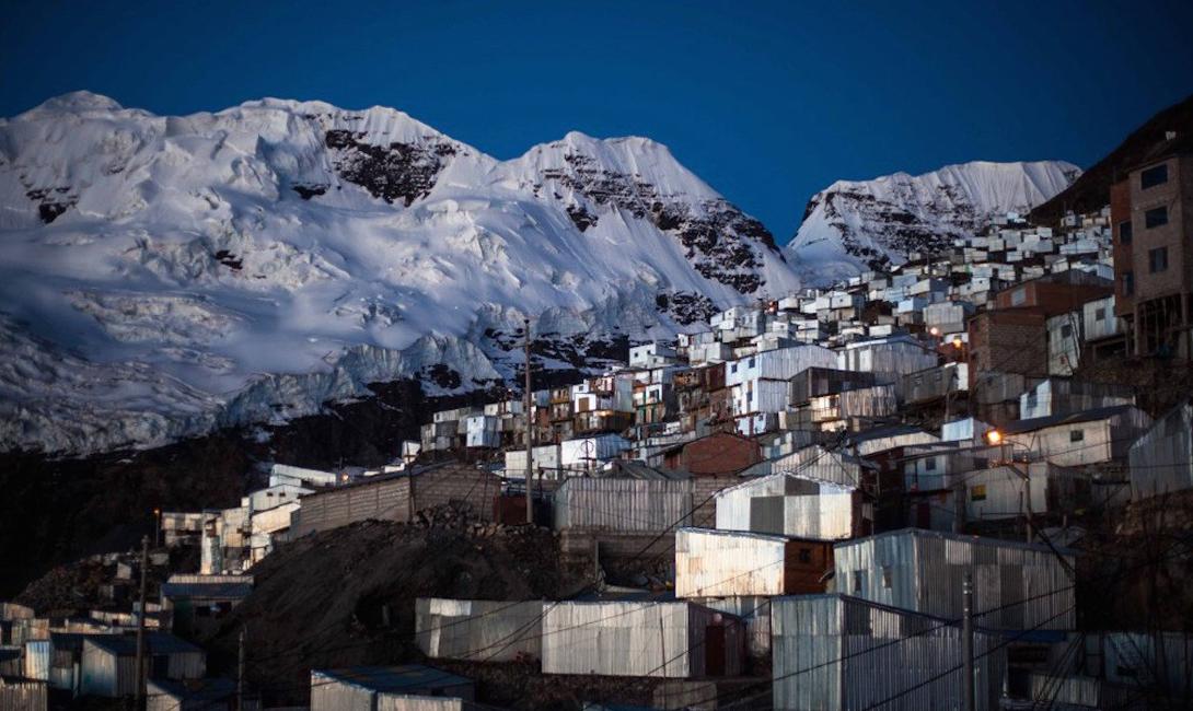 Поселок был построен на умопомрачительной высоте в несколько километров и лежит в тени Bella Durmiente — ледника «Спящая красавица».
