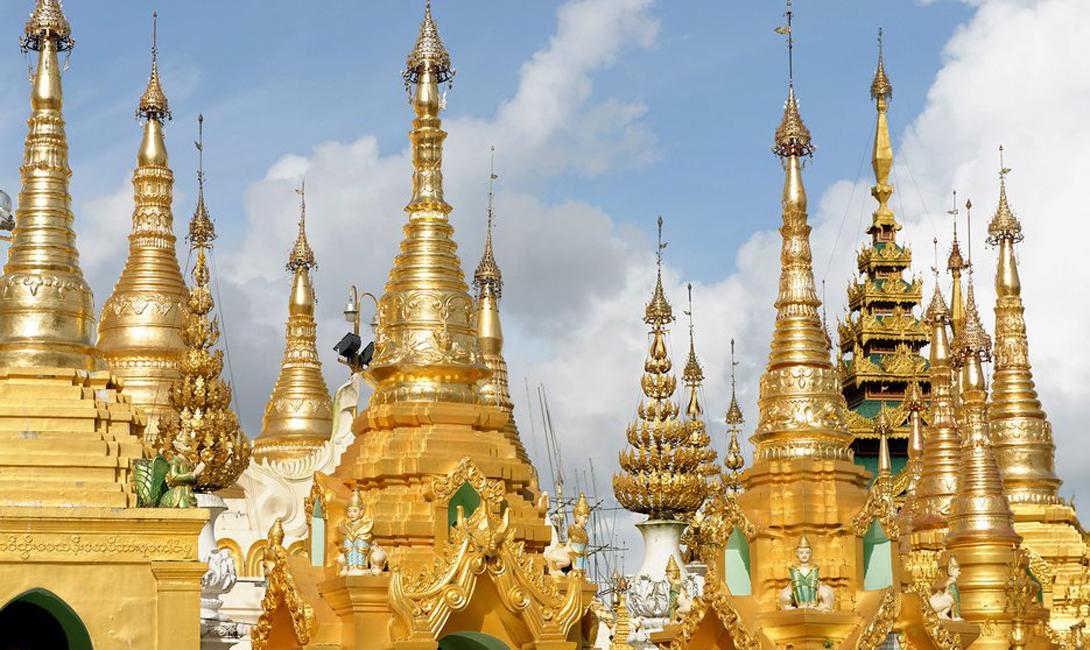 Золотой храм Амритсар, Индия Этот храм 16-го века — оплот религии сикхов. Золотой Храм расположен на искусственном острове, хотя издали кажется, будто его строения плавают прямо на поверхности воды.
