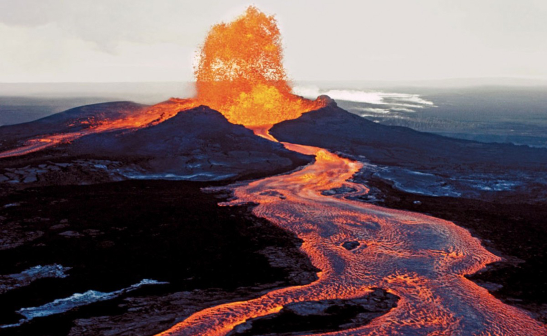 Вулкан Килауэа Гавайи Расположенный прямо по середине Тихого океана, самый активный вулкан Гавайев продолжает извергаться и по сей день. Это одно из немногих мест в мире, где человек может подойти вплотную к расплавленной лаве, чтобы увидеть всю ее разрушительную силу.