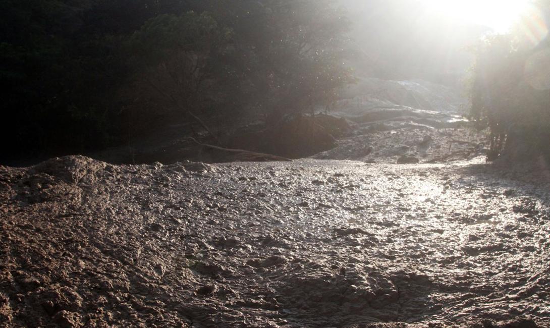 Загрязнение реки после разлива из золотодобывающей шахты Dos Senores.