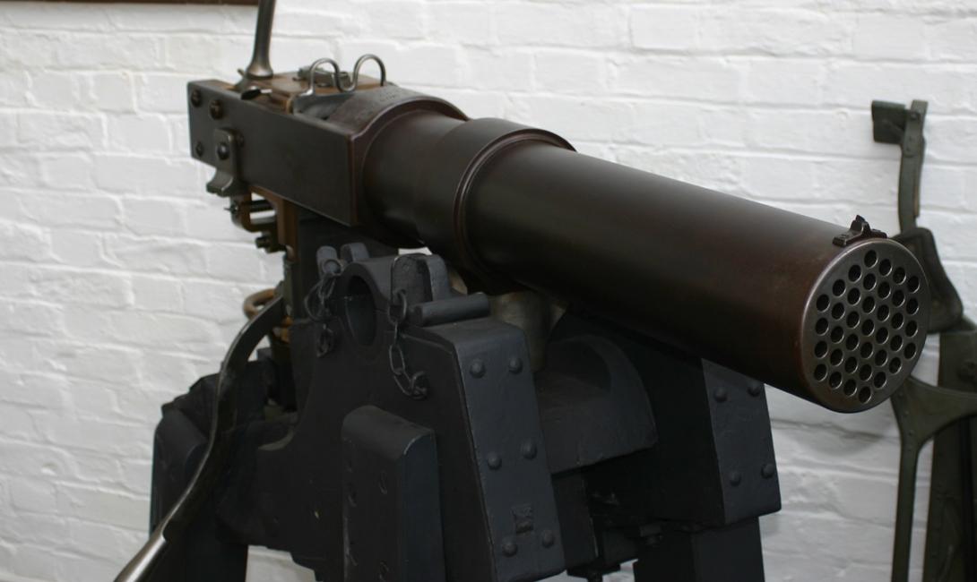 Конструкция митральезы Инженеры разработали несколько типов митральезы, которые отличались друг от друга только в деталях. 37 нарезных стволов, спаянных вместе, устанавливались на артиллерийский лафет, что позволяло обеспечивать пушке некоторую мобильность. Скорость заряжания оставалась на впечатляющем уровне за счет единого блока с боеприпасами, который устанавливался вручную. Стрельба также не была автоматической: оператор вращал рукоять — чем быстрее, тем быстрее велся огонь. Благодаря сработанной работе бойцов орудие могло выпускать до 120 пуль в минуту.