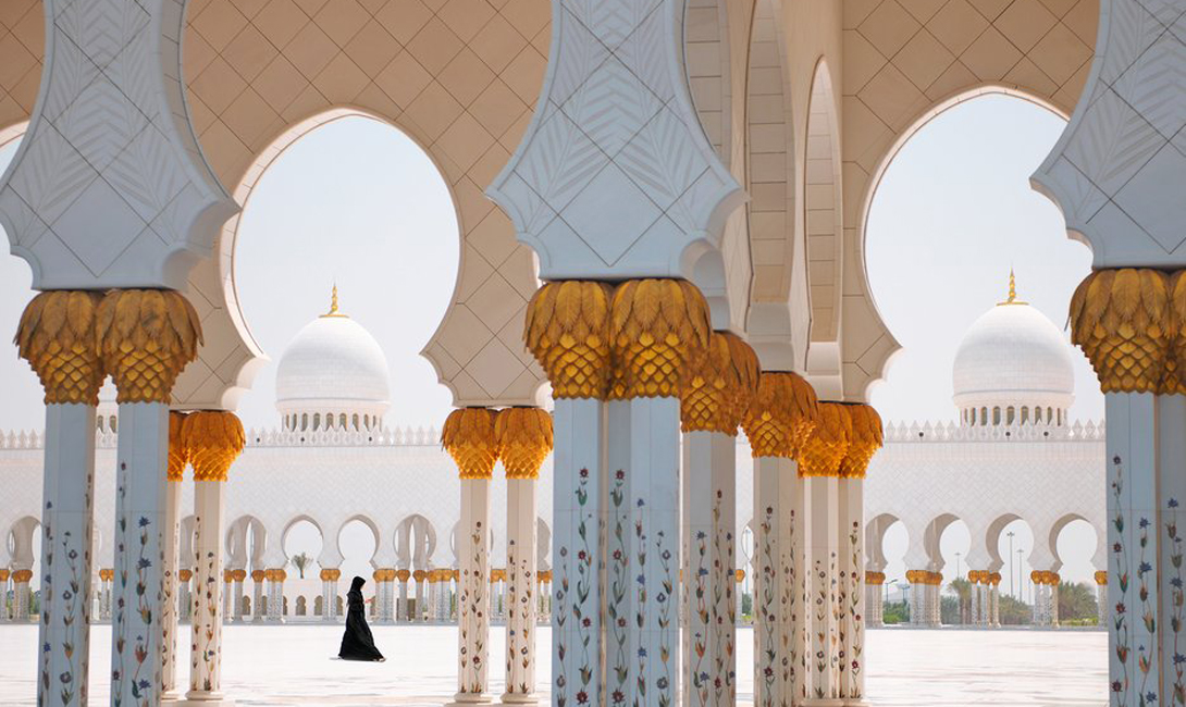 Мечеть Шейха Заида Абу-Даби, ОАЭ С его мраморной мозаикой и украшенными кристаллами Swarovski хрустальными люстрами, религиозное строение Шейха Заида может с легкостью конкурировать с любым королевским дворцом.