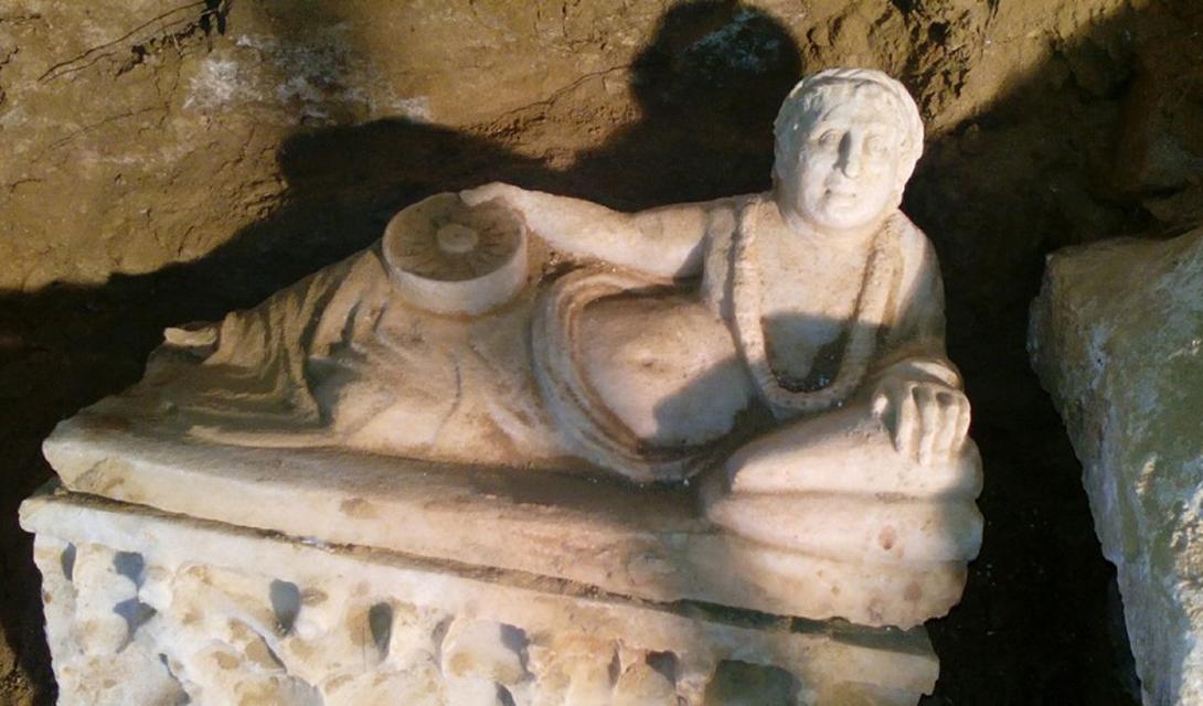 Этрусская гробница Еще одна потрясающая могила была найдена в Тоскане. Фермер наткнулся на нее случайно, работая с плугом на своем поле. За две тысячи лет захоронение не тронули ни звери, ни грабители. Вскрыв гробницу, исследователи обнаружили прямоугольную камеру с двумя саркофагами, четыре мраморные урны, украшенные искусной резьбой, и другие богатые подношения, указывающие на аристократическое происхождение усопшего. Скорее всего, прах, найденный в саркофаге, принадлежит отпрыску этрусского вождя из расположенной неподалеку этрусской крепости Киузи.