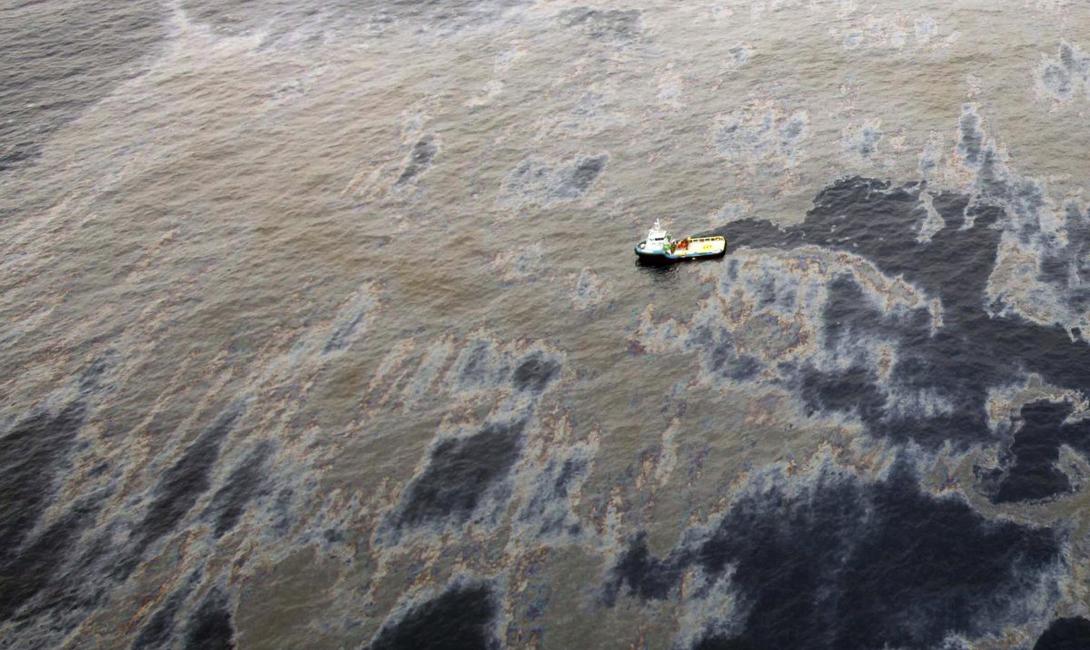 Аэрофотосъемка разлива, произошедшего в водах бассейна реки Кампос, неподалеку от Рио-де-Жанейро.