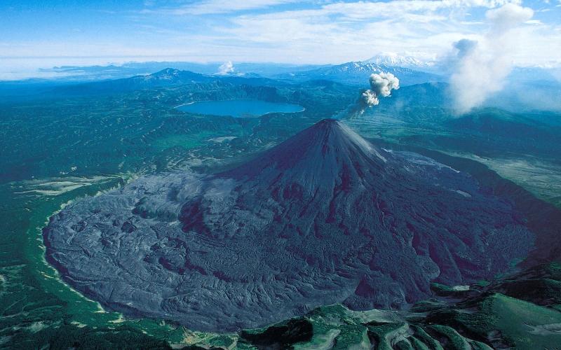 Йеллоустоунский вулкан Самый большой в Северной Америке супервулкан расположен на территории Йеллоустоунского национального парка. Вулкан не извергался уже более 600 тысяч лет и, по словам вулканологов, не так давно начал проявлять признаки активности. Если этот гигант все-таки пробудится от спячки, в лучшем случае, его мощности хватит, чтобы устроить на планете еще один Ледниковый период. В худшем – извержение Йеллоустоунского супервулкана разбудит все остальные активные вулканы на Земле и вызовет настоящий апокалипсис.