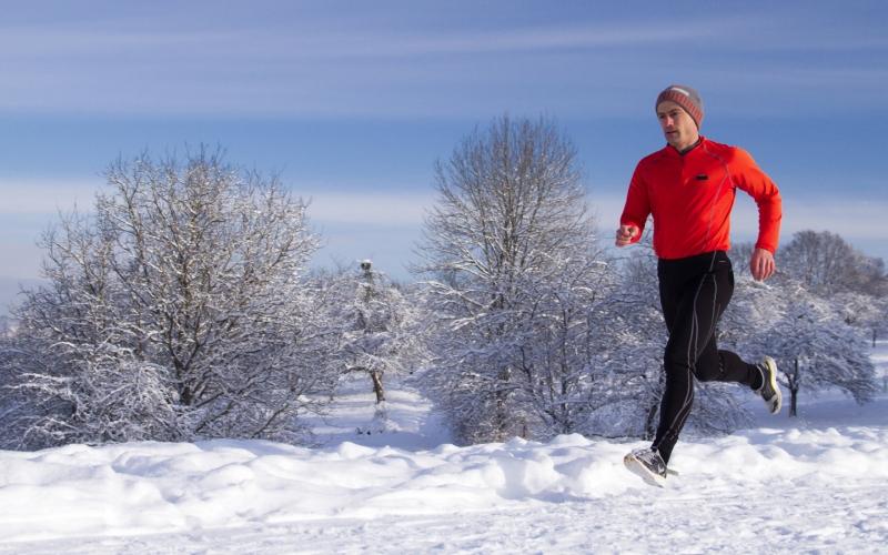Бег Если вы активны по натуре и не привыкли проводить свободные от забот деньки прилипнув к телевизору, надевайте зимний спортивный костюм, натягивайте беговые кроссовки и оправляйтесь в ближайший парк. Бег был и остается эффективным средством активизации обмена веществ и поддержания организма в тонусе. За 10 дней занятий бегом вы непременно почувствуете себя энергичнее, моложе и активнее.