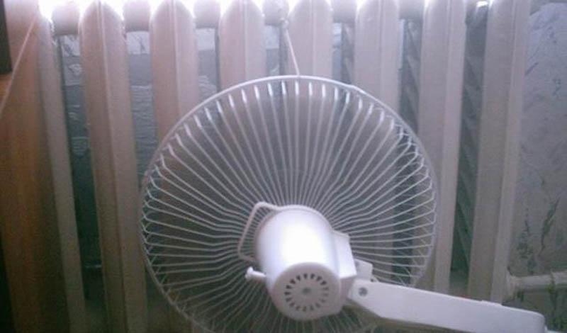 Разгоняем тепло Обычный вентилятор может с легкостью повысить температуру в квартире на два-три градуса. Просто поставьте его у батареи: лопасти разгонят тепло по всей комнате.