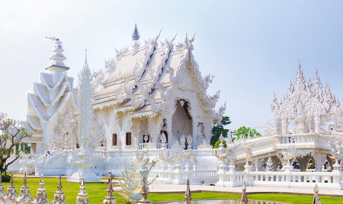 Ват Ронг Хун Чианг Рай, Таиланд Самый известный храм Чианг Рай умудряется быть красивым и пугающим одновременно. Чистый, белоснежный, возвышается он среди каменных изображений демонических сущностей.