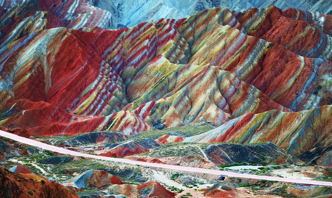 Чжанъе Ганьсу, Китай Эти полосатые, раскрашенные неведомой рукой горы — ответ природы мастерам Photoshop. Красный песчаник и месторождения полезных ископаемых сделали этот геологический парк популярнейшим местом для туристов со всей планеты.