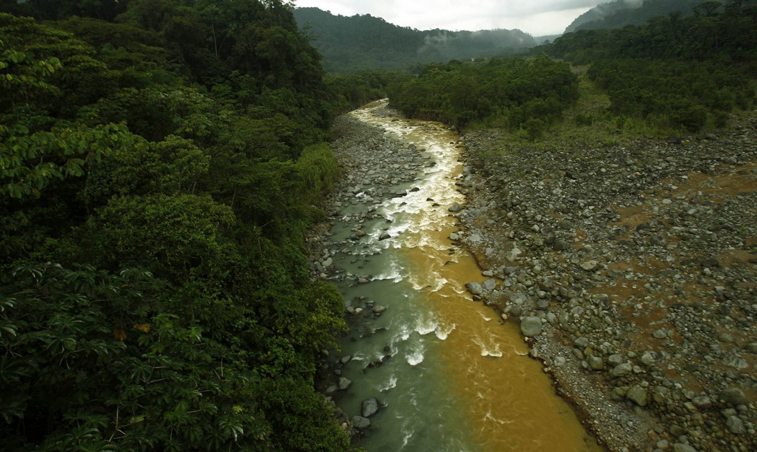 «Грязная река», протекающая по территории Брауллио Каррильо, национального парка в Сан-Хосе, Коста-Рика. Желтый цвет — минералы, выщелоченные из активного вулкана Ирасу.