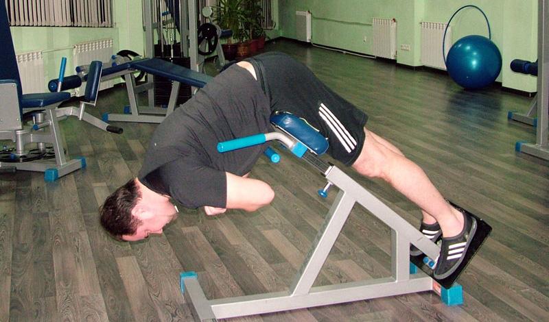 Гиперэкстензия Девушки в тренажерном зале очень любят предаваться гиперэкстензии, пытаясь растянуть и укрепить мышцы бедер. На самом деле, упражнение отлично действует и на спину: аккуратное, неспешное выполнение растяжки снимет боль и подарит вашей спине долгожданное облегчение.