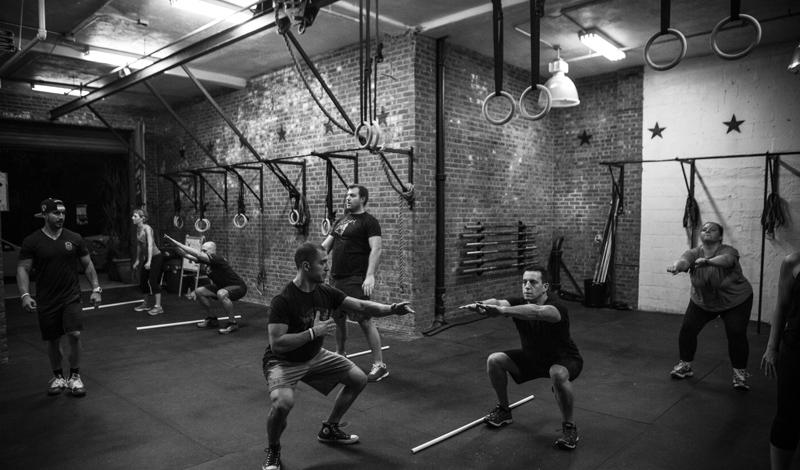 Программа тренировок:среда Длительность занятия: 30минутКоличество подходов: максимумВ одном подходе:  — Бурпи с весом, 15 повторов— Взрывные отжимания, 15 повторов— Взрывные приседания, 15 повторов— Подъемы ног, 15 повторов