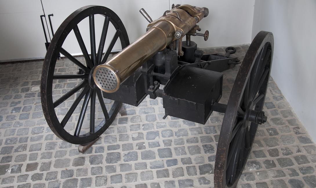 Что это такое Митральеза стала одним из самых ранних прототипов современного пулемета. Наряду с конструкциями Гатлинга, Гарднера и Норденфельта, митральеза успела поучаствовать в нескольких войнах. На самом деле, «Митрельеза» — общее название для систем залпового огня, стреляющих последовательно. Придумали и воплотили орудие в жизнь два французских инженера, Монтиньи и Реффи.