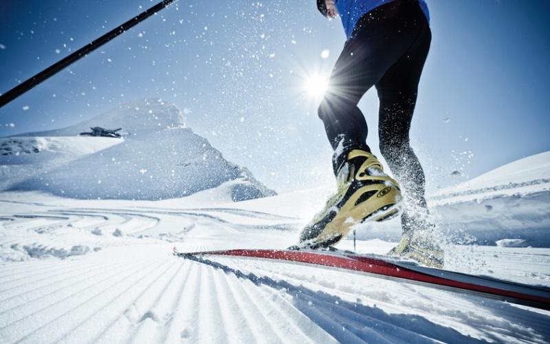 Беговые лыжи Не менее популярна зимой классическая ходьба на лыжах. Она создает здоровую нагрузку для мышц пресса, спины, ног и рук – особенно, если работать одними палками. Благодаря скользящим движениям нагрузка на суставы идет минимальная, без ударов. Риск получить травму в этом занятии практически равен нулю, однако будьте осторожны и внимательно смотрите под ноги, чтобы не угодить в яму и не сломать лыжи.