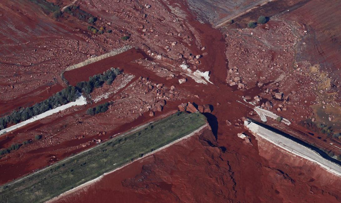 Поврежденный резервуар вблизи глиноземного завода, который поставил крест на обыденной жизни крестьян венгерской деревни Колонтар — 40 километров от Будапешта.