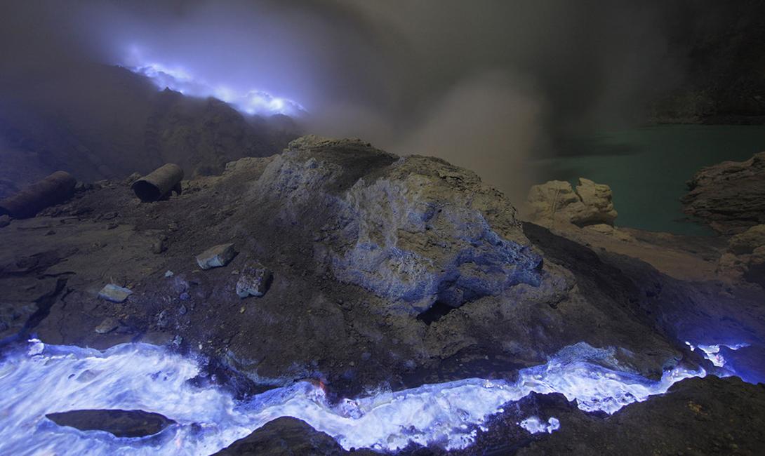 Вулкан Кавах Иджен Ява, Индонезия Пугающее, захватывающее дух место. Здесь подземные газы вырываются наружу сквозь многочисленные трещины. Иногда они конденсируются в жидкую серу, которая, затем, принимает запредельный оттенок синего цвета и стекает с вулкана вместе с лавой.