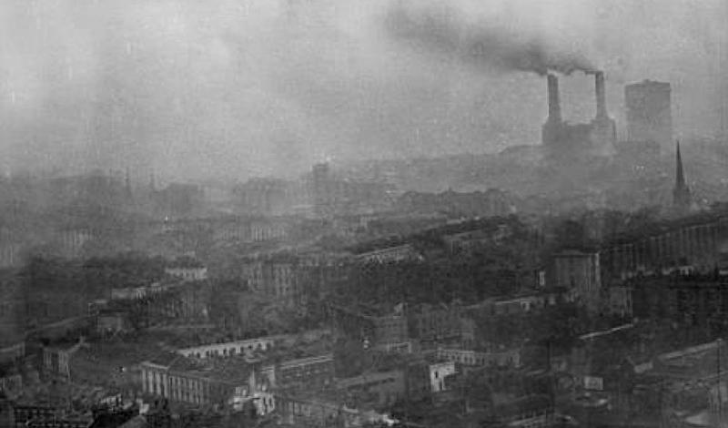 Загрязнение воздуха Смог, который убил столь многих, был детищем самих людей. Частицы сажи и диоксида серы высвободились в атмосферу, активную из-за антициклона, поскольку жители города усердно обогревали дома, сжигая бурый уголь у себя в каминах. Последствия были действительно катастрофическими.