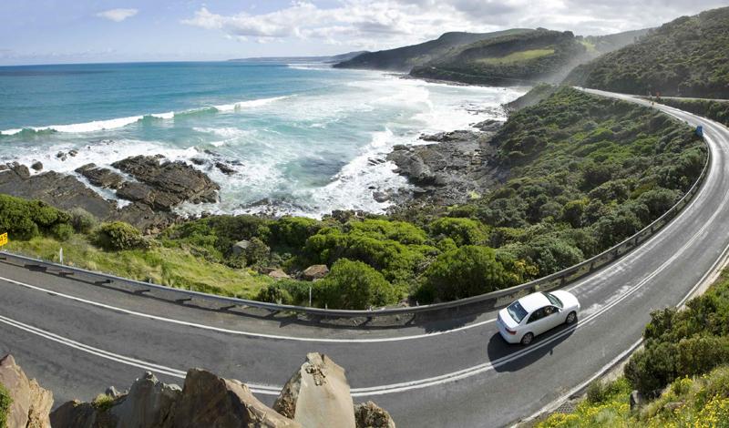 Великая Океанская Дорога Австралия Великая Океанская Дорога проходит у самого побережья, давая водителю возможность наслаждаться окружающей красотой. Покрытие хайвея все еще оставляет желать лучшего, но удобство и безопасность остаются на достаточно высоком уровне.