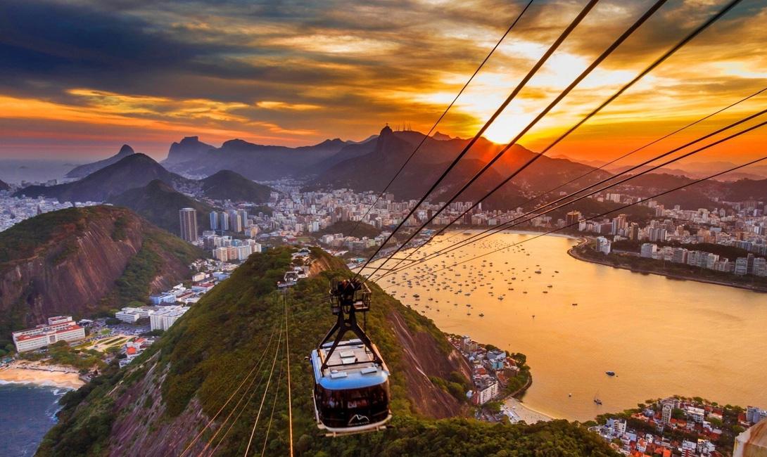 Рио-де-Жанейро Бразилия Попробуйте подняться на канатной дороге еще до начала заката — так вы застанете его пик в самой верхней точке подъема.