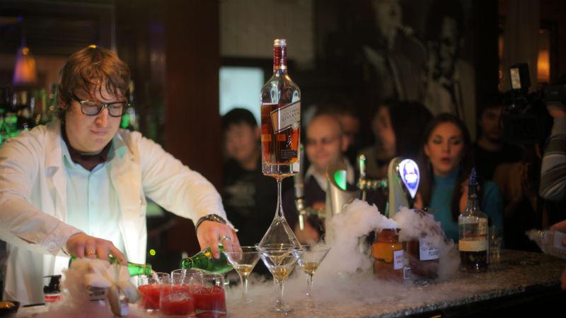 Работа в баре Сейчас в большинстве баров уже не покуришь, но бармены и официанты – также состояли в группе риска, годами вдыхая вторичный табачный дым. Впрочем, эту проблему могла бы решить и хорошая вентиляция помещения.