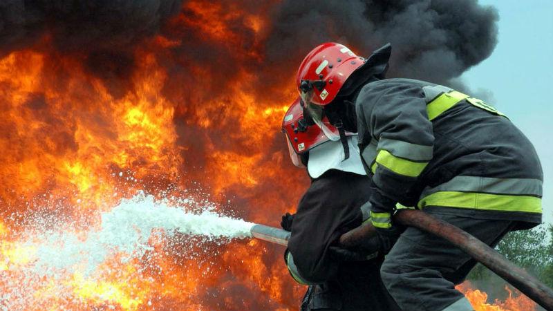 Пожаротушение Во время пожара в воздух поднимается такой широкий список химических веществ, что предсказать к чему конкретно приведет частое воздействие того или иного, практически невозможно. Главное помнить, что токсичные элементы и асбест представляют опасность и после того как погаснет огонь. Не пренебрегайте защитой органов дыхания на всех этапах пожаротушения.