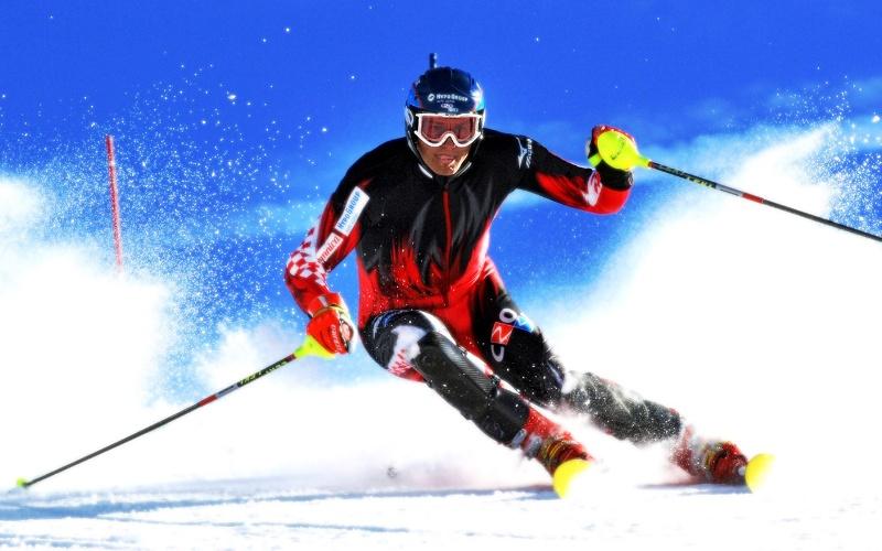Горные лыжи Если раньше вам не доводилось кататься на настоящих горных лыжах, будет не лишним пройти сначала несколько уроков с инструктором. Для удержания равновесия на спусках, в отличие от классики, требуется большее подключение мускулатуры. Опасайтесь получить растяжение коленных связок (наиболее распространенная травма у лыжников). Чтобы избежать этого, старайтесь не делать ногами резких движений и немедленно останавливайтесь, если ваш спуск идет не так, как должен был.