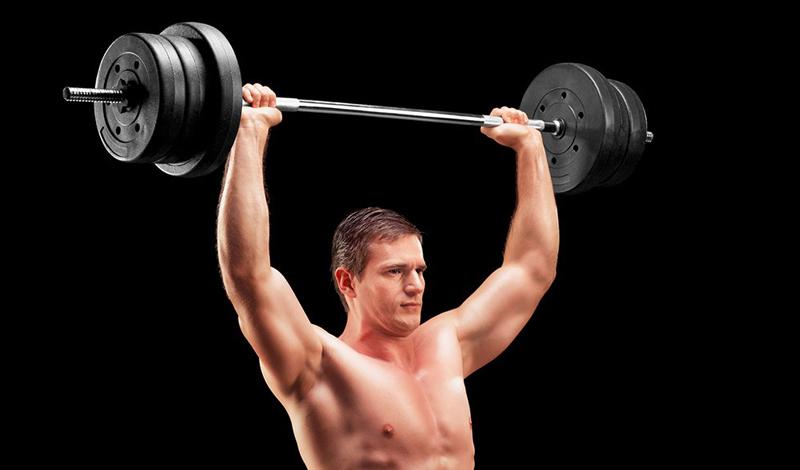 5 января Плечи Жим штанги стоя не зря считается одним из самых эффективных для развития мышц плечевого пояса. Вместе со становой тягой и жимом от груди, жим штанги вверх формирует пул обязательных базовых упражнений, пропускать которые не рекомендуется никому. Помимо значительного роста мышц, вы разгоните и метаболизм. Итак, возьмите штангу обычным хватом: руки на ширине плеч, поднимите ее до подбородка. Поднимайте штангу до полного распрямления локтей. В пике — небольшая пауза, и повтор.